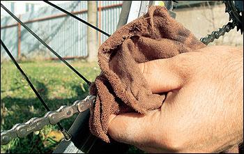 Po zaschnutí maziva řetěz otřehe suchým hadrem