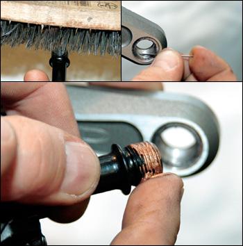 Odstraňte nečistoty ze závitů mezi klikami a pedály