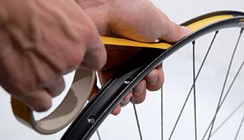 Odstraňte stávající ráfkovou pásku ...