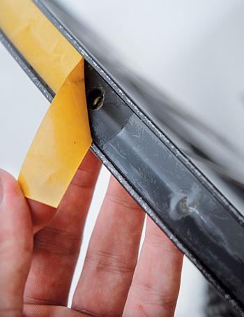 Koncem pásky překryjte její začátek zhruba o 30 mm ...