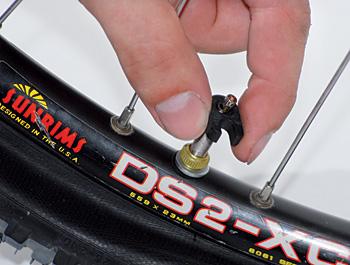 Po opětovném nahuštění pláště (cca 2 Bary) kolo několikrát protočte v ruce.
