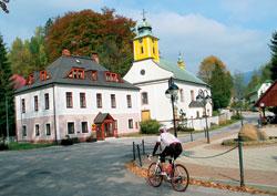 Důležitá odbočka v Dolním Dvoře, cesta vede k závoře a pak cyklistickým rájem pořád vzhůru.