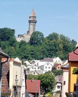 Průhled příjezdovou ulicí na hrad Štramberská Trůba