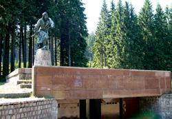 Památník partyzánskému odboji na vrcholu stoupání v Makovském průsmyku