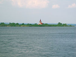 Nádrž Vodní mlýny – pohled na kostelík na ostrově