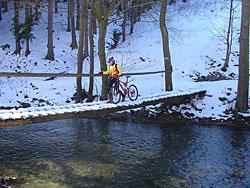 Mostek přes řeku v Maršovském údolí