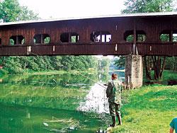 Krytá dřevěná lávka v Kynšperku nad Ohří byla postavena v roce 1950. Je 63 metrů dlouhá a 2,5 metru široká. Z každé strany je možno sledovat řeku jedním ze 13 okenních otvorů.