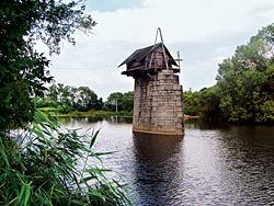 Čemu nebo komu sloužila tato budka na mostním pilíři nedaleko Plzně, zůstalo záhadou. Že by Radbuze?