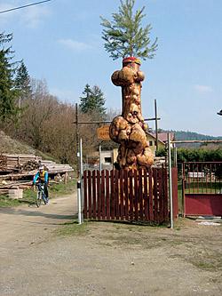 Dřevěná mohyla u ranče Havraní kámen