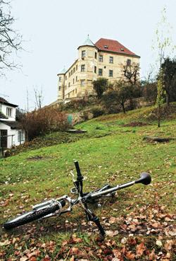 Zámek Vinařice - staré sídlo pánů z Chlumu nechal Adam z Valdštejna přestavět na renesanční zámek o dvou patrech s věžemi
