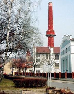Ze zámku Dobrovice je dnes cukrovar s čadícími komíny
