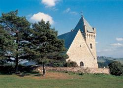 Opevněný kostel Archanděla Michaela nad Vítochovem stojí od 13. století