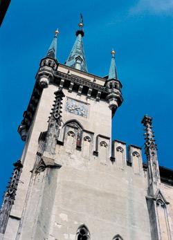 Na hony od města je vidět věž kostela sv. Jakuba. Promítl se celodenní výhled na proměnlivou krajinu v nápaditosti hudby Martinů?