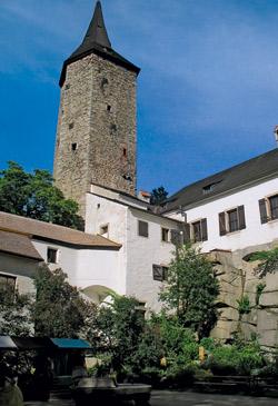 Nádvoří a věž hradu Roštejn