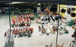 V Českých Velenicích čekají na svoji domácí zahrádku nikoli sádroví, ale i laminátoví trpaslíci, a nejen oni.