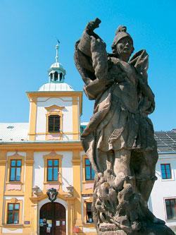 Jedna ze soch náměstí Manětína