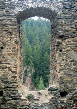 Průhled oknem hradu Gutštejn
